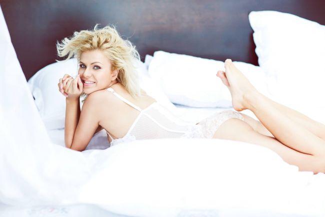 Cristina Vasiu,  blonda lui Brenciu  de la  Vocea Romaniei , super sexy in primul ei clip din cariera muzicala: VIDEO
