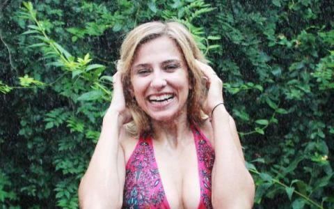 Dana Rogoz, sexy intr-un costum de baie cu taieturi indraznete. Cat de bine arata actrita