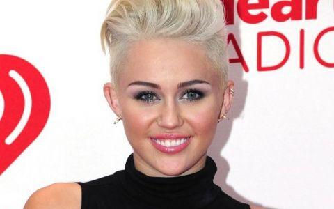 Miley Cyrus, intr-o rochie excentrica si ciudata, care o face sa para dezbracata. Cum a pozat de data aceasta
