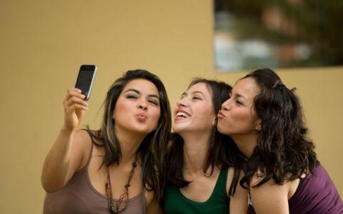 Obisnuiesti sa-ti pui pe Facebook multe fotografii cu tine? Ce efecte ar putea avea acest lucru in viata reala