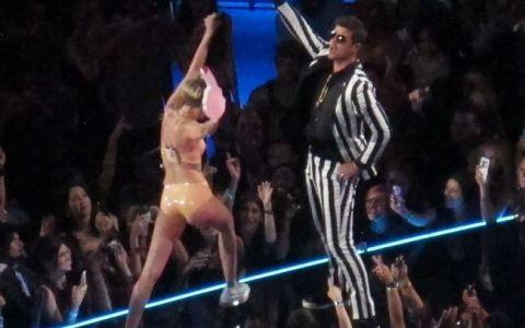 Miley Cyrus si-a pierdut orice urma de bun simt. Gesturile si tinutele ei indecente de pe scena MTV VMA fac inconjurul internetului