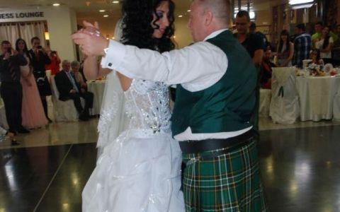 Scotieni in kilturi se dau in spectacol pe ritmuri de manele. Uite ce au aratat pe ringul de dans