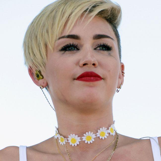 Miley Cyrus are un nou iubit, insa plange pe scena dupa fostul ei logodnic. Cum a fost surprinsa cantareata in Las Vegas