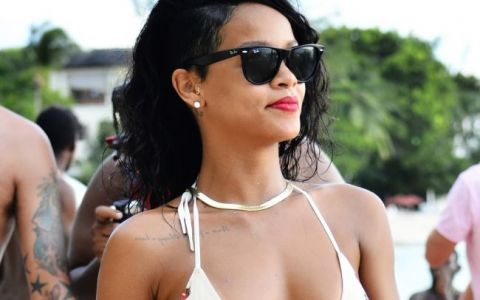 Rihanna isi arata formele tonifiate intr-un costum de baie minuscul, la plaja. Fanii au observat, insa, altceva:  Si-a distrus frumusetea