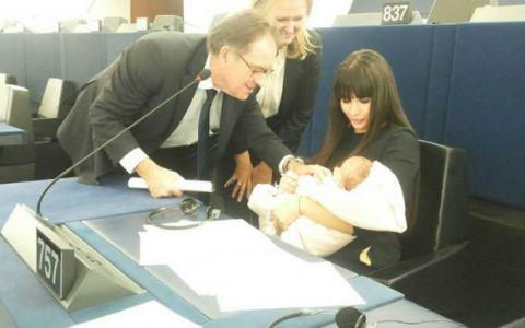 Elena Basescu, cu fiica sa in Parlamentul European:  De luni am revenit la munca, am luat-o cu mine la Strasbourg
