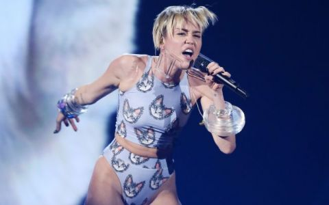 Miley Cyrus a aparut aproape dezbracata pe scena, dar nimeni nu s-a uitat la ea. Ce se intampla in spatele vedetei, la American Music Awards