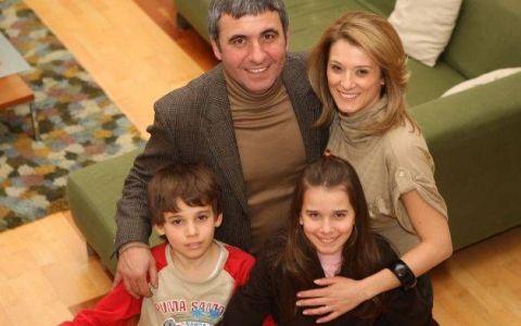 Kira Hagi, fiica lui Gheorghe Hagi, s-a lansat in cinematografie. Imaginile in care se saruta cu partenerul ei din film arata ca deja nu mai e un copil