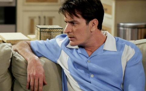 Charlie Sheen s-a logodit cu iubita sa, o fosta starleta porno. Cum arata viitoarea sotie a actorului