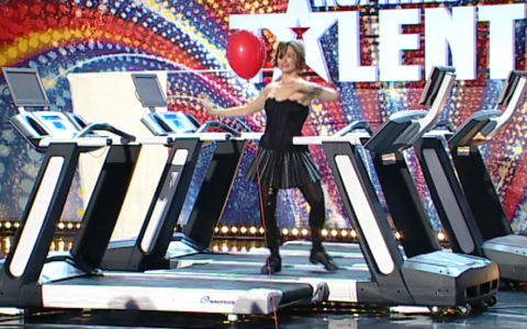 O fosta concurenta la  Dansez pentru tine  a uimit cu un numar original la  Romanii au talent , sezonul 4