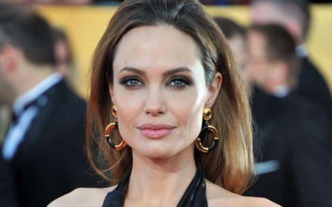 Angelina Jolie sperie copiii imbracata asa:  Fiul meu a fugit plangand cand m-a vazut . Cum a aparut cea mai frumoasa femeie din lume
