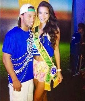 """Ronaldinho are o relatie cu una dintre cele mai frumoase femei din lume. Dupa ce si-a corectat defectul, """"dintosul"""" se iubeste cu Miss Brazilia"""