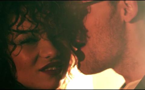 Un fost concurent de la  Vocea Romaniei  da lovitura cu cel mai HOT videoclip al verii. O domnisoara imbracata sumar atrage privirile tuturor - Da-i PLAY