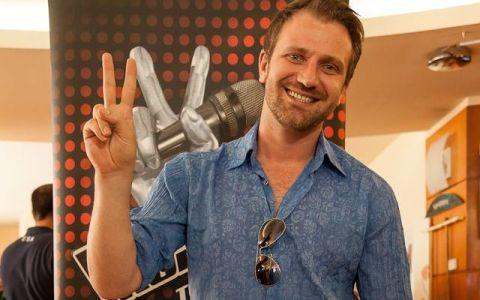A fost supranumit  Gerard Butler de Romania , dar lui nu i se pare ca seamana. Marius Marin, finalistul de la Vocea Romaniei, va lansa primul sau single