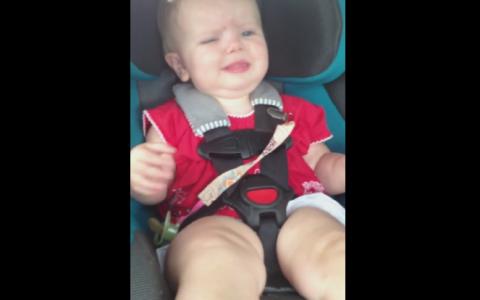 Este cel mai amuzant clip cu un bebelus. Plange si e trista, dar ce se intampla in secunda urmatoare te va face sa razi