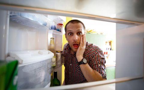 Tii laptele pe usa frigiderului? E o greseala frecventa. Cum trebuie sa asezam alimentele in frigider in mod corect - VIDEO