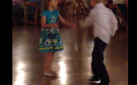 Moves like Jagger . Un baietel a acaparat toata atentia la o nunta cu un dans fenomenal. Toti invitatii au stat cu ochii pe el - VIDEO