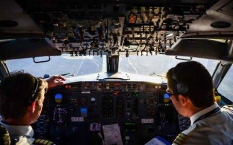 Ce isi mai uita pasagerii in avion: TOP 10 cele mai ciudate  lucruri  gasite de stewardese: