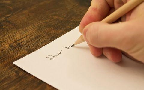 A primit o scrisoare de la un necunoscut. Ce a gasit in interiorul plicului a facut-o sa se aseze pe podea