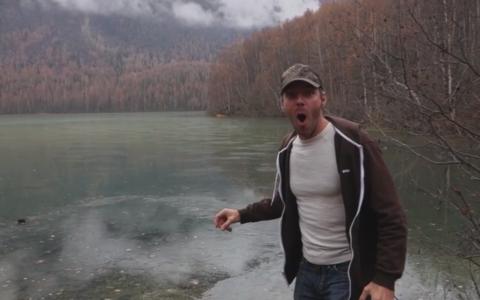 Ce se intampla dupa ce acest barbat arunca o piatra in apa. Nici lui nu i-a venit sa creada. Clipul a devenit viral