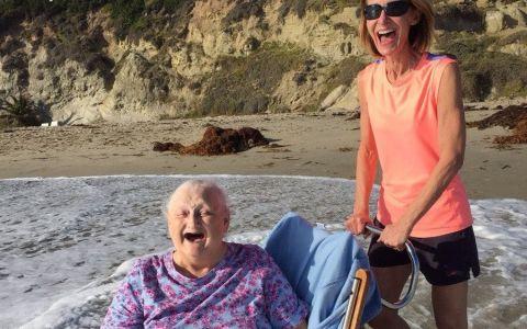 Imaginea zilei. Patru milioane de oameni au fost impresionati de fotografia cu o batrana la malul oceanului:  Am plans cand am vazut-o