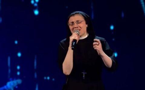 Dupa ce a daramat prejudecati la  Vocea Italiei , sora Cristina uimeste din nou. Cadoul nepotrivit pe care i l-a oferit lui Papa Francisc