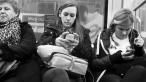 A fotografiat zeci de oameni obsedati de telefoanele lor si a remarcat acelasi detaliu in toate pozele. Ce se intampla