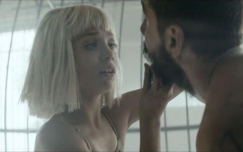 A lansat piesa care a devenit cel mai mare hit al anului 2014, iar acum revine cu un nou single de succes. Sia prezinta videoclipul  Elastic Heart  - VIDEO