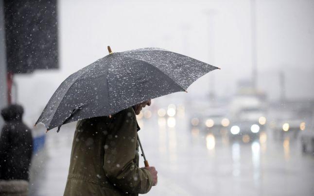 Vreme urata cu ploi si ninsori in aproape toata tara. Prognoza meteo pana marti