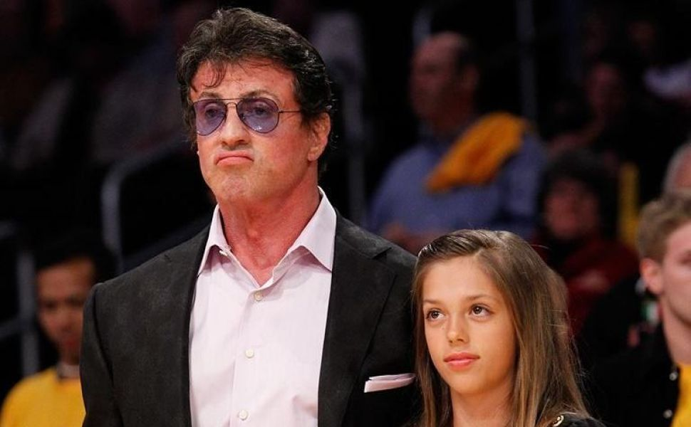 Fetita micuta si blonduta care il tinea de mana pe durul Sylvester Stallone e domnisoara in toata regula. Cum arata acum