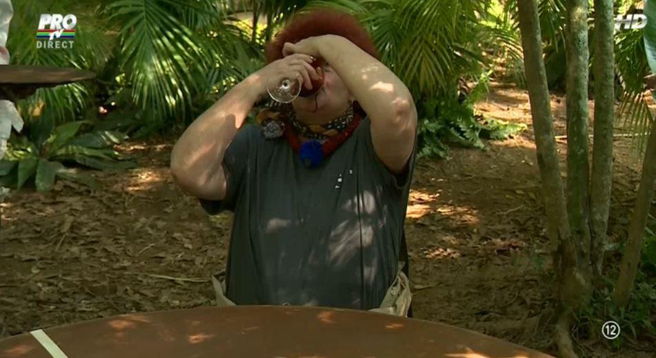 """Ochi de vaca si icre de peste! Concurentii au trecut cu brio de proba """"Invarte sticla"""""""