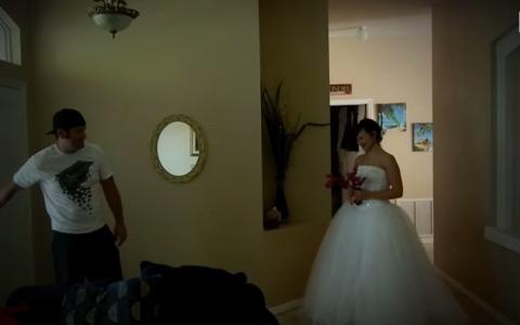 A ajuns acasa si si-a vazut sotia imbracata in rochie de mireasa. Ce s-a intamplat cu acest barbat