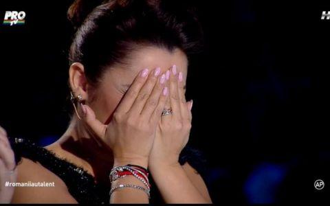 Momentul la care Andra si-a pus mainile la ochi! Greu de crezut ce a putut sa faca pe scena cu un ac si ata