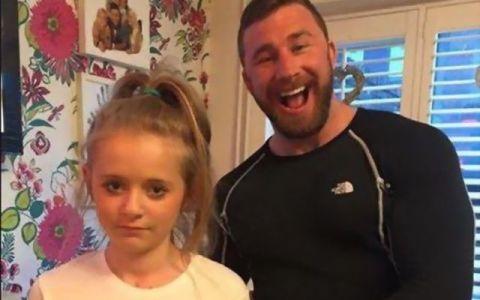 Metoda geniala prin care un tata incearca sa tina baietii departe de fiica lui. Imaginea care a ajuns viral pe internet