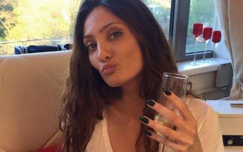 Claudia Pavel, imaginile care au incins atmosfera pe Facebook. A pozat NUD, iar fotografiile au ajuns pe internet