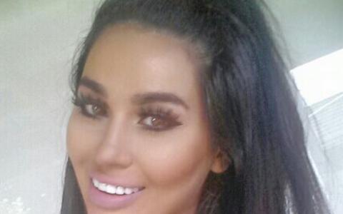 Cea mai reusita sosie a lui Kim Kardashian, in carne si oase. Nu o sa-ti vina sa crezi cat de bine seamana cele doua