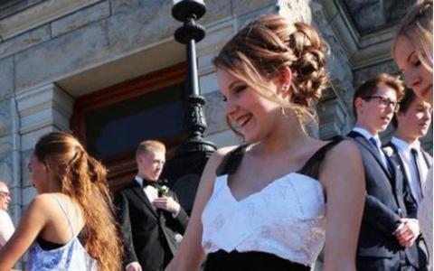 A venit imbracata la bal cu o rochie facuta din foi de matematica. Mesajul din spatele acestui gest a doborat internetul