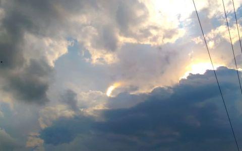 Privea cerul cand ceva straniu a aparut printre nori. Ce a surprins in imagini te va lasa fara cuvinte