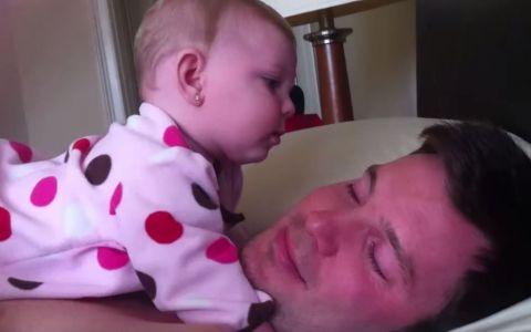 Adorabil! Un tatic pocneste din degete. Reactia fetitei, nepretuita - VIDEO