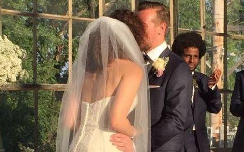 Moment comic la o nunta, surprins de fotograf. Ce s-a intamplat in spatele mirilor