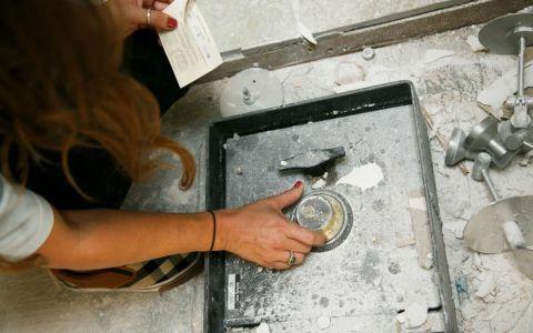 O familie isi renova bucataria cand a descoperit un seif montat in pardoseala. Ce se ascundea in interiorul sau