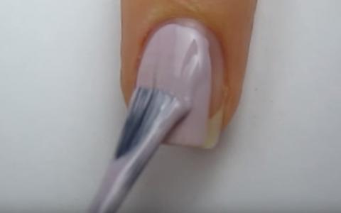 Este o idee atat de simpla! Pune ata dentara pe unghii. Ce se intampla cand o da la o parte