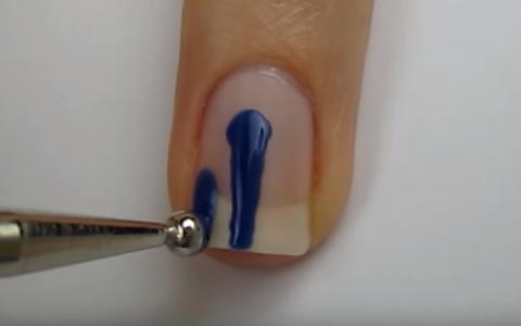 Aceasta femeie traseaza trei linii pe unghie. Ultimul pas ii ofera manichiura perfecta la care viseaza fiecare femeie