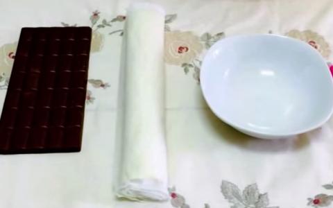 Tot ce face este sa intinda aluatul pe o tableta de ciocolata. Rezultatul, un desert incredibil de gustos