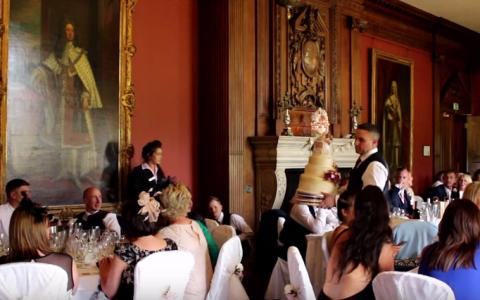 Reactia acestei mirese dupa ce chelnerii scapa tortul pe jos, la nunta. Clipul ajuns viral pe internet