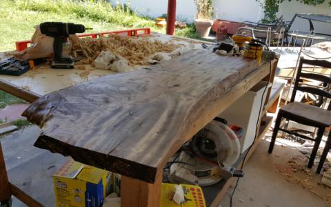 Pare o bucata de lemn, dar ce se intampla cand incepe sa il taie este genial. Rezultatul, o piesa de mobilier la moda