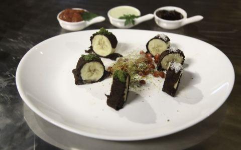 Reteta Catalin-Alexandru Codreanu: Sushi din clatite de ciocolata cu banane si trei sosuri