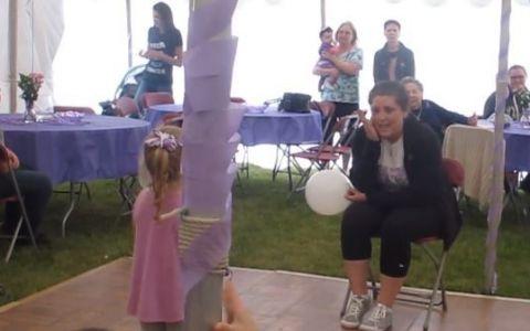 Inocenta copiilor e emotionanta. O fetita i-a dedicat mamei sale bolnave de cancer o piesa de dragoste - VIDEO