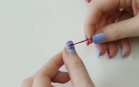A introdus un bold intr-o sticla cu oja si apoi l-a aplicat pe unghii. Ce s-a intamplat cand l-a dat la o parte