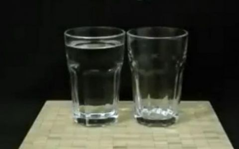 Nu crezi pana nu vezi cu ochii tai! Cum muti apa dintr-un pahar plin intr-unul gol fara sa le atingi - VIDEO