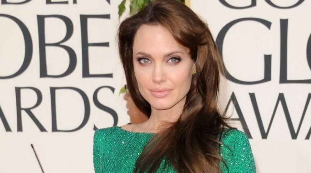 Multe femei vor sa arate ca Angelina Jolie, dar ea ii seamana perfect. Cine e femeia care pare sora geamana a vedetei